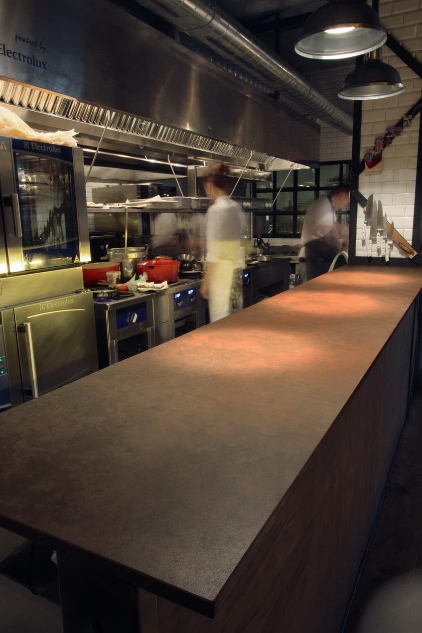 מטבח מקצועי במסעדה- משטחי דקטון עמידים במיוחד