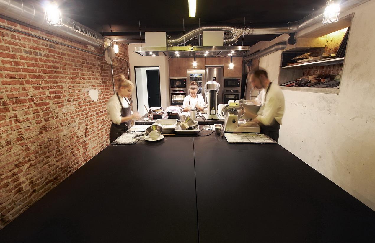 שולחן עבודה במסעדה שימוש במשטח דקטון