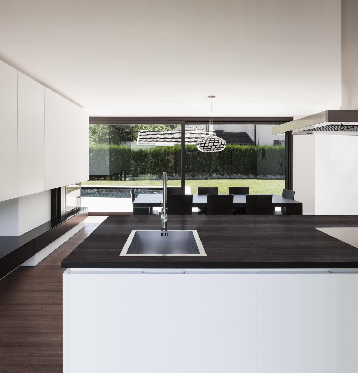 הדמית מטבח מודרני עם משטח דקטון חום