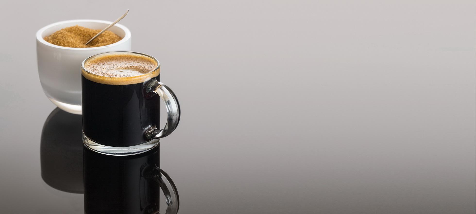 ספל קפה שחור על משטח דקטון