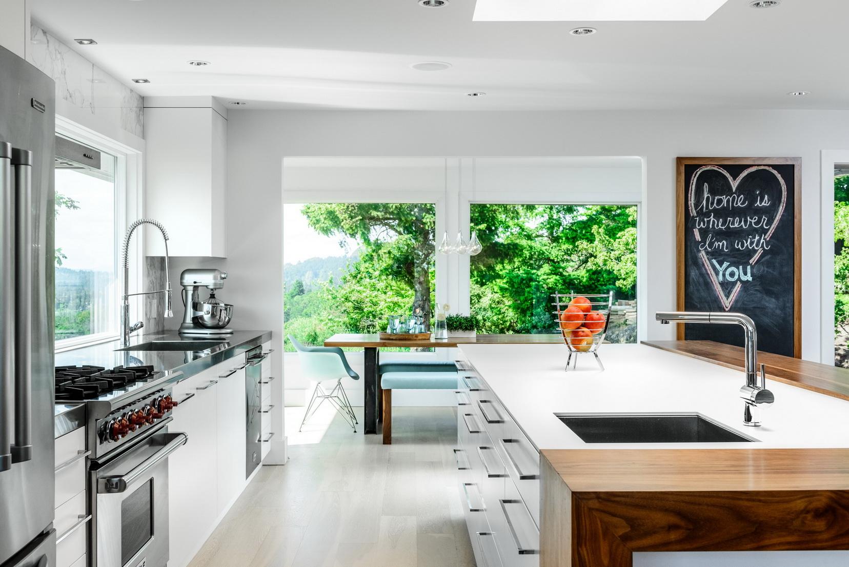 מטבח מודרני לבן - משטח נאוליט חזק ונוח לניקוי