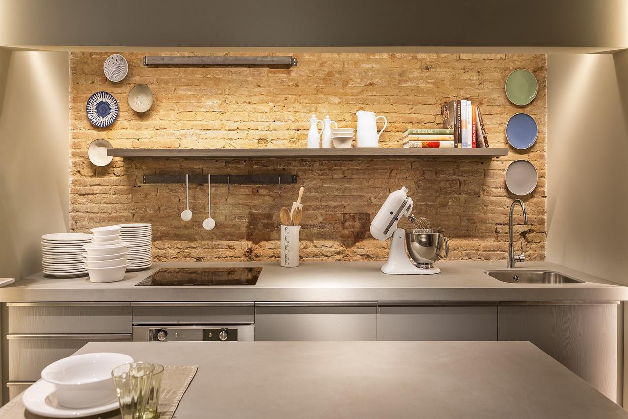 זווית שונה למטבח כפרי מעץ עם משטח נאוליט