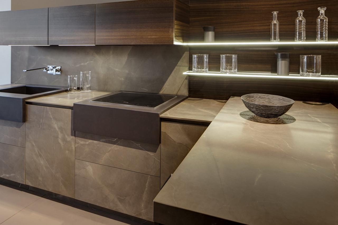 חדר אמבטיה בצבעים חומים חמים בחיפוי משטח נאוליט